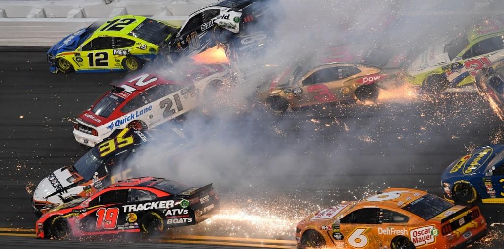 Espectacular choque en cadena durante las 500 millas de Daytona.