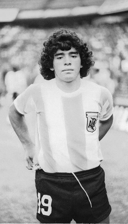 Diego debutaba en la Selección Argentina con 16 años