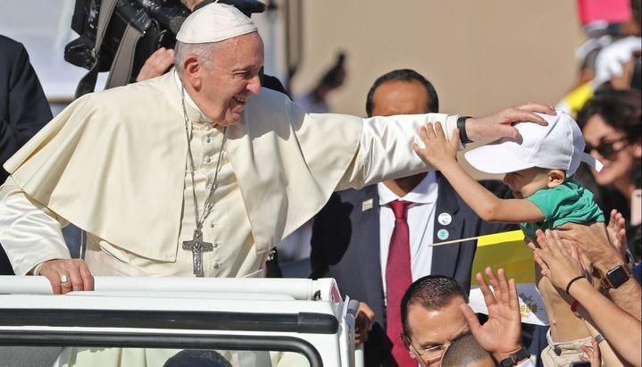 Tras la polémica, el Vaticano explicó por qué Francisco no se dejó besar el anillo