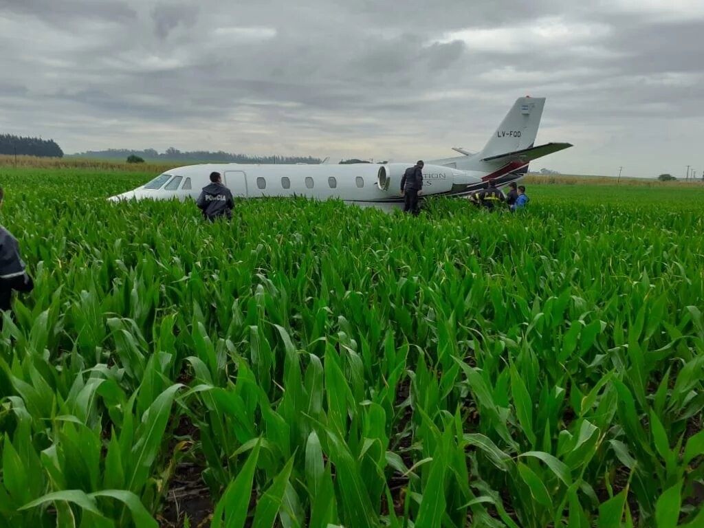 Un avión con nueve pasajeros debió aterrizar de emergencia sobre un campo